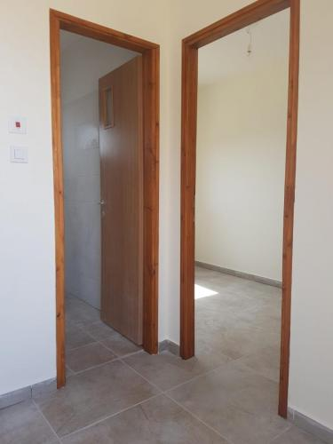 דלתות כניסה לחדרים