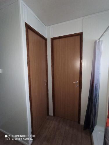 מקלחון ודלתות במבנה נייד