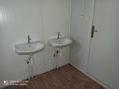 מקלחון וכיורים