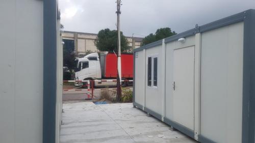 משרדים ניידים מוצבים במפעל יכין